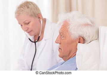 醫生有听診器, 檢查, 病人