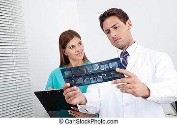醫生, 以及, 助理, 分析, 患者` s, 報告