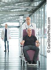 醫生, 以及, 高階人, 病人, 在, 輪椅, 在, 醫院走廊