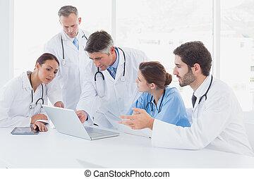 醫生, 使用, a, 膝上型, 一起