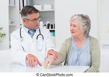 醫生, 協助, 病人, 為了舉行, 重量, 用餐時