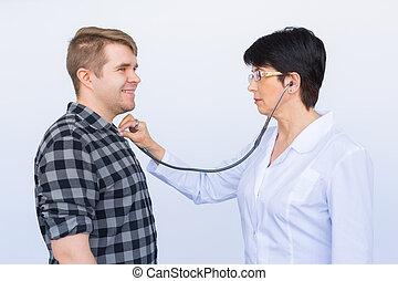 醫生, 听, 到, 快樂, 年輕, 患者` s, 胸膛, 由于, 聽診器, 在上方, 白色 背景
