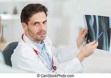醫生, 在書桌, 藏品, 以及, 回顧, 創傷, x光