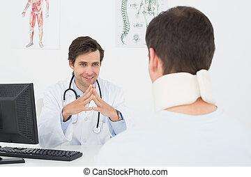 醫生, 在, 談話, 由于, 病人, 在, 辦公室書桌