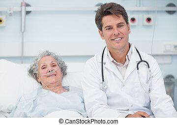醫生, 坐在床上, 在旁邊, a, 病人