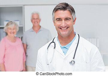 醫生, 微笑, 由于, 資深 夫婦, 在, 背景, 在, 門診部