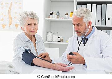 醫生, 接受血液壓力, ......的, 他的, 退休, 病人