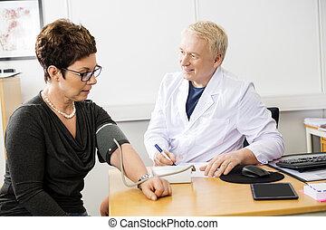 醫生, 檢查, 女性, 患者` s, 血壓