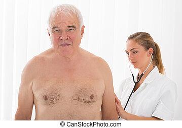 醫生, 檢查, 患者` s, 背, 由于, 聽診器
