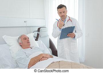 醫生, 由于, 剪貼板, 在旁邊, 患者` s, 床