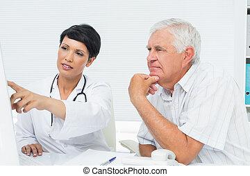醫生, 由于, 男性, 病人, 閱讀, 報告, 上, 電腦