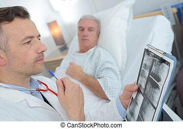 醫生, 的談話, 高級的雄性, 在醫院床位方面的病人