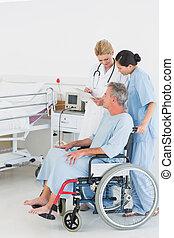 醫生, 的談話, a, 病人, 在, 輪椅, 在, 醫院