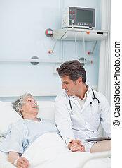 醫生, 看, a, 病人, 當時, 拿, 她, 手