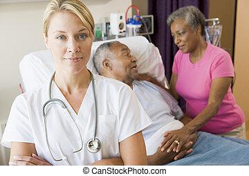 醫生, 站立, 在, 醫院房間, 由于, 她, 雙臂 被交叉