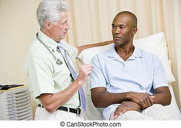 醫生, 給, 人, 檢查, 在, 考試房間