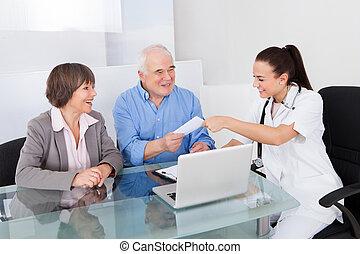 醫生, 給, 指示, 到, 資深 夫婦, 在, 門診部