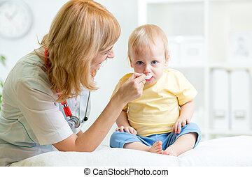 醫生, 給, 醫藥, 到, 孩子, 由于, a, 勺