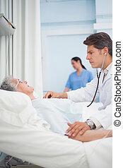 醫生, auscultating, a, 病人, 由于, a, 聽診器