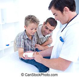 醫生, bandagins, a, patient\'s, 手臂