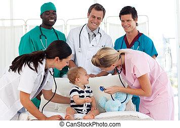 醫療隊, 參加, 到, a, 嬰孩