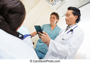 醫療隊, 由于, 女性, 病人, 在, 考試房間