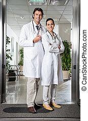 醫療 專家, 站立, 在, 醫院, 入口