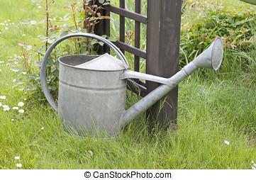金屬噴壺, 在, 花園