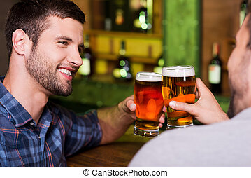 金曜日, バー, モデル, 男性, 若い, 一緒に, 2, 朗らかである, ビール, 間, 夜, 微笑, こんがり焼ける, アウト。, カウンター