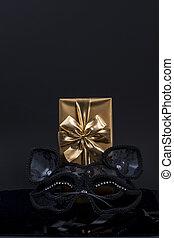 金, カーニバルマスク, ギフトの弓, ペーパー, 黒い背景