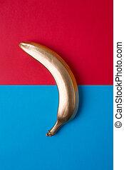 金, バナナ, 上に, a, 青い、そして赤い, バックグラウンド。