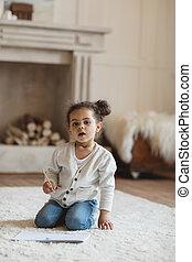 鉛筆, わずかしか, モデル, アメリカ人, アフリカ, 家, 女の子, 愛らしい, カーペット
