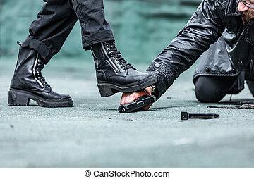 銃, 彼の, 足, 女性の手, ∥に向かって∥, 引き, 血, 彼, 来る, 人