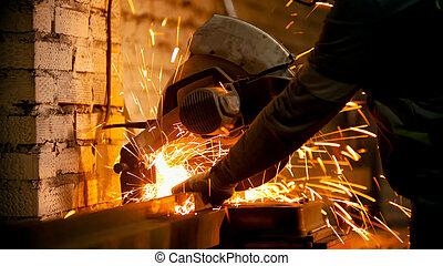 鋸, 使うこと, 小片, 労働者, 人, 切断, 大きい, 円, 金属のビーム