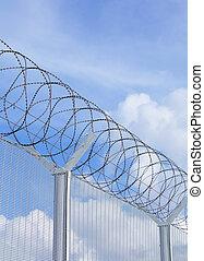 鏈節柵欄, 由于, 鐵絲網, 在下面, 藍色的天空
