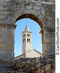 鐘, croatia, pula, タワー, によって, 教会, 見られた, 弧, 聖者, アンソニー, 円形劇場, pula