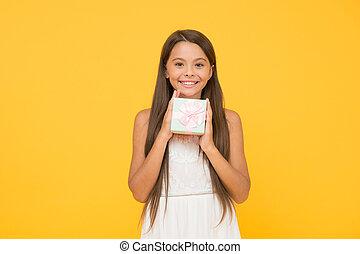 長い間, 休日, 女の子, 日, バックグラウンド。, 買い物, 朗らかである, 美しさ, 子供, concept., 幸せ, shop., わずかしか, birthday., 箱, present., 把握, オンラインで, childhood., ボクシング, 黄色, sales., 贈り物, box., 小さい, 驚き, awaited
