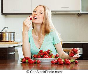 長髮, 婦女吃, 草莓, 在, 家