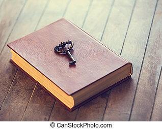 開いた, 木製である, 本, レトロ, キー, テーブル。
