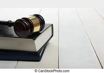 開いた, 法律書, ∥で∥, 木製である, 裁判官, 小槌, 上に, テーブル, 中に, a, 法廷