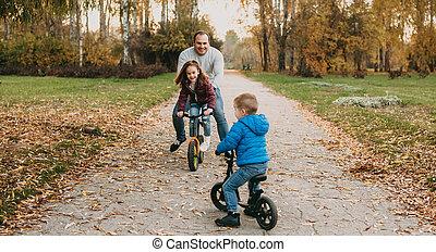 間, 乗馬, コーカサス人, 彼の, 父, 公園, 自転車, 子供, 彼ら, 遊び