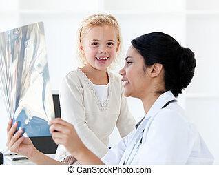 關心, 女性 醫生, 顯示, an, x光, 到, a, 小女孩