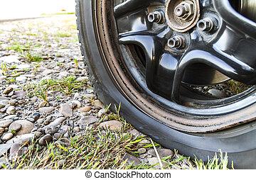 關閉, ......的, 套間輪胎, 上, a, 汽車, 上, 碎石, road.