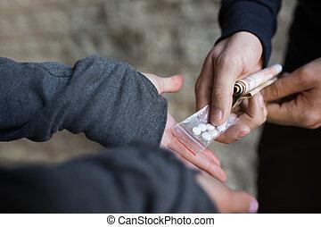 關閉, ......的, 迷戀者, 購買, 劑量, 從, 毒品交易商