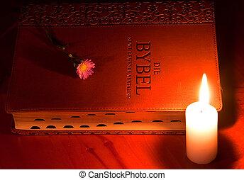 關閉, 皮革, 聖經, 所作, 蜡燭光, 由于, 小, 花, 上, 木製的桌子