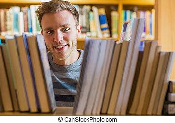 關閉, 肖像, ......的, a, 男性的學生, 在, the, 圖書館