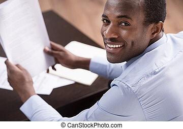 降下, アフリカ, 点検, 上, 男性, 執筆, 朗らかである, 何か, ペーパー, documents., 光景