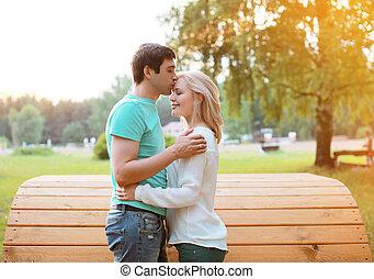 陽光普照, 夫婦, 在愛過程中, 在戶外, 溫暖, 軟弱, 感覺