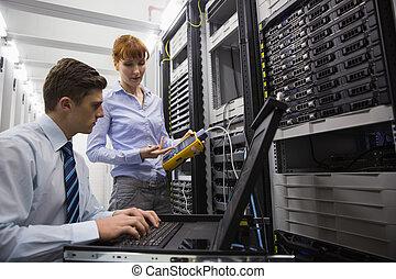 隊, ......的, 技師, 使用, 數字, 電纜, analyser, 上, 服務器