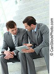 階段, 電子, タブレット, ビジネスが会合する